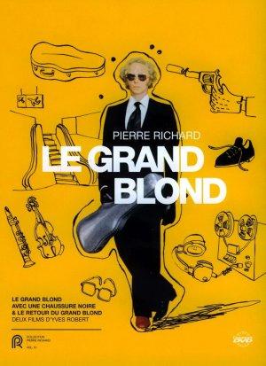Le grand blond avec une chaussure noire 727x1000